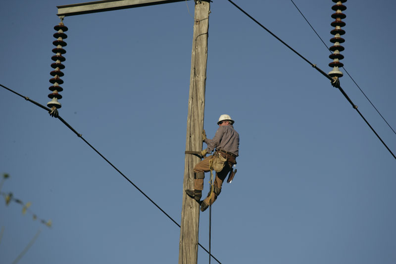 Man_up_power_pole1279580434